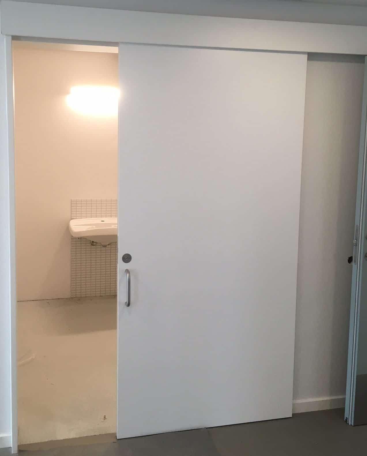 Udenpåliggende skydedør til toilet - Scandisolution ApS