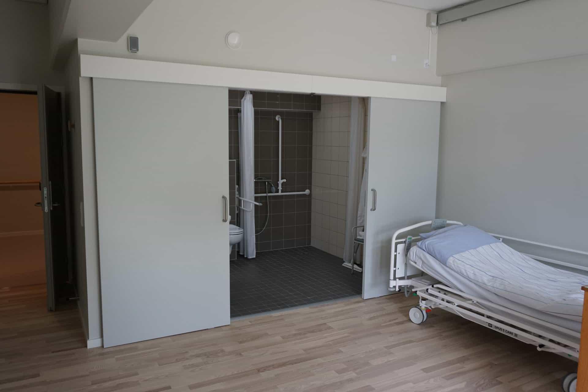 Dobbelt udenpåliggende skydedør på et sygehus- Scandisolution ApS
